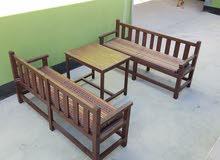 كراسي مع طاولة خشبية