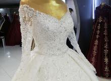 هناك جميع فساتين العروسة من جميع الأحجام.  بالإضافة إلى ذلك ، يتم الإنتاج.  الإي