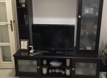 كنب جلوس بحالة. جيدة جدا  وطاولة سفرة ممتازة و خزانة  تلفزيون للبيع