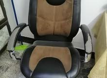 ميز مكتبي وكرسي جلوس جديدات استعمال قليل جدا السعر للميز 250 والكرسي ب100