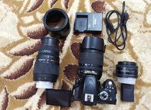 كاميرا نيكون مع ثلاث عدسات