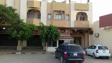 عمارة سكنية تجارية تطل على شارعين رئيسي و خلفي