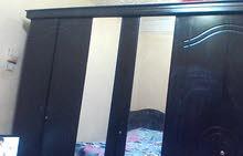 غرفة نوم دولاب كبير وسرير