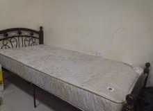 سرير لشخص واحد بحالة ممتازة(خشب,حديد) مع فرشة زنبركية بحالة ممتازة