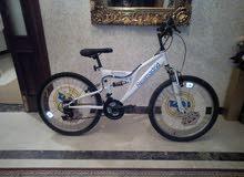 دراجة  24 لونها أبيض  شبه جديدة