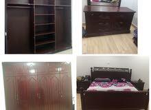 غرفة نوم بحرينيه لشخصين كبت طابقين وسرير وتسريحه وكمدينو