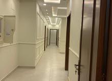تملك شقة مميزه بسعرها و ديكورها العصريه وقريب من الخدمات