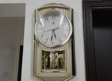 ساعة حائط ذهبيه اللون مناسبه لجميع الغرف