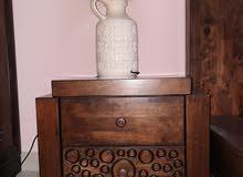 سرير من الخشب الاصلي مع مترس طبيعي جديد حجم 180× 200 مع طاولات جانبيه