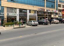 محل تجاري للإيجار في موقع حيوي قرب نادي السيارات الملكي