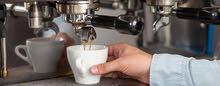 عامل ع ماكينة قهوة