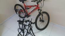 دراجة هوائية احترافية بالاضافة الى اكسسوارات للبيع