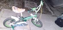 دراجة هوائية في حالة جيدة للأطفال بحاجة عجلات