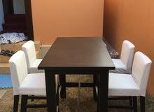 طاولة جديده و اربع كراسي حالة ممتازة