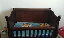 سرير بيبي تفصيل خشب بلوط بيكفي لحد عمر 4 سنوات