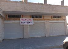 معرض (3 محلات) للإيجار ضخم و مشطب تشطيب فاخر 3 أبواب عالشارع مساحته 170م قرب اربد مول