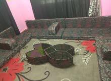 مجلس عربي شبه جديد مع البرادي والسجادة 4 فرشات ومراكي ومساند والطاولة