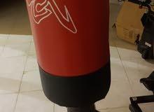 قاعدة ملاكمة مع قفازات ملاكمه