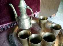 دلة قهوة عربية مع صينية و كاسات نحاس
