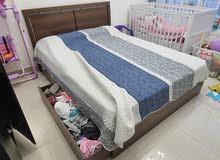 سرير كوين مع ادرج و مرتبة و خزانة بحالة ممتازة