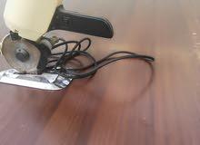 مقص قماش كهربائي مع طاوله قص خشب بسعر مغري