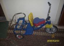 دراجة أطفال مقعدين وثلاث عجلات بحالة جيدة للبيع