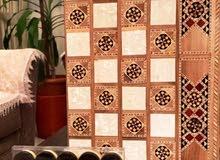 تشكيلة من رقع الشطرنج و طاولات الزهر من الأخشاب الطبيعية و الموزاييك الدمشقي و النقش اليدوي.