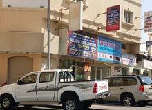 للبيع بناية تجارية استثمارية في المحرق شارع حيوي