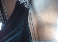 فستان سهرة لون اخضر زيتي مخمل للإيجار بسعر مغري جدا