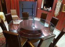 طاولة طعام دائرية زجاج مع كراسي جلد ل 8 اشخاص بحالة ممتازة وشبه جديدة للبيع