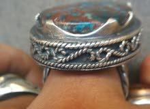 خاتم به فص عقيق معرق فيروز وله خصائص اخري