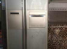 الثلاجة ذات بابين وهي نظيفة واستعمال قليل وتجميد قوي جدااا