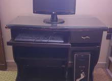كمبيوتر مكتبي مع طاولة