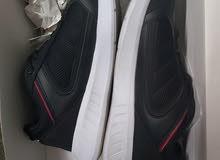 حذاء رياضي .