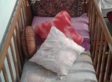 سرير للاطفال بحالة جيدة و من افضل انواع الخشب