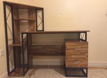 مكتب مع مكتبة مصنوع من الخشب