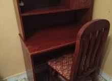 طاولة مكتبية مع كرسي مستعملة مع كرسي.