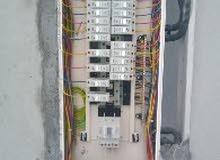 مطلوب فنيين كهرباء وسباكه ومساعدين