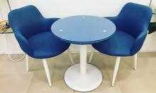 طاولة مع كرسيين
