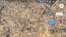 نصف هكتار في الباعيش بثلاثة واجهات قريب من مدرسه ومسجد وبجانب الطريق المعبد