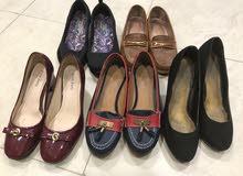 خمس احذية نسائية مستعملة في حالة متوسطة