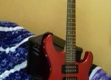 للبيع جيتار كهرباء مع السماعة الأصلية. النوع yamaha Erg 121c