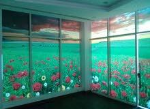 تغطية الجدران و الزجاج بالستيكر
