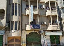 مبنى يتكون من 4 طوابق و3 محلات للبيع