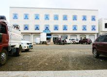 عمارة رخام على الشارع العام وفلة صغيرة خلفية مع الحوش بتعز مفرق ماوية
