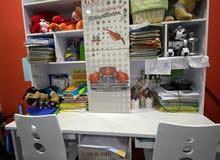 للبيع غرفة نوم أطفال مستعملة تتكون من سريرين و مكتبين وكومينو