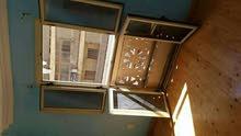 تفاصيل الشقة ثلاث غرف خشب باركية ريسبشن بورسلين ثلاث قطع على الوجهة على الترام و