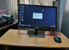 كمبيوتر مع طاولته بسعر مغري
