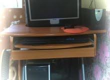 كمبيوتر كامل مع طاولة واغراضه اضافة الى UPS