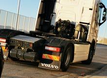 سائق شاحنة الوزن الثقيل قاطرة ومقطورة